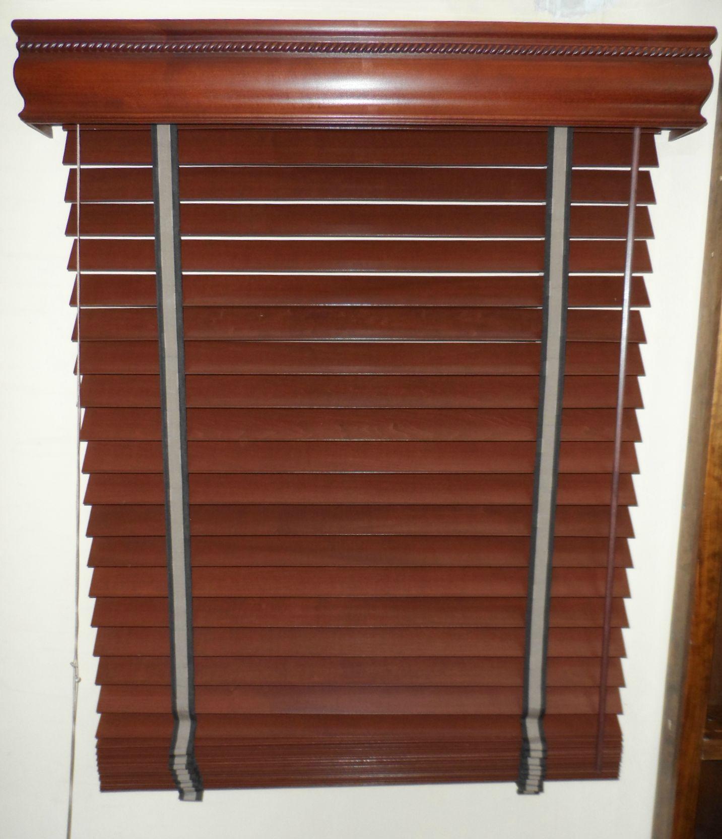 Persiana de madera de 2 1 2 tipo shutter con cornisa y for Ganchos para cortinas de madera